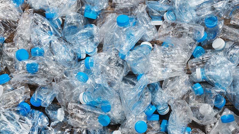 abitudine-italiana-di-bere-acqua-in-bottiglia